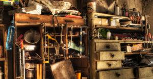 Casetta in legno disordinata