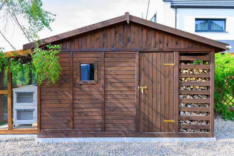 Struttura prefabbricata in legno per una soluzione versatile in giardino, per lo stoccaggio di materiale e strumenti di lavoro
